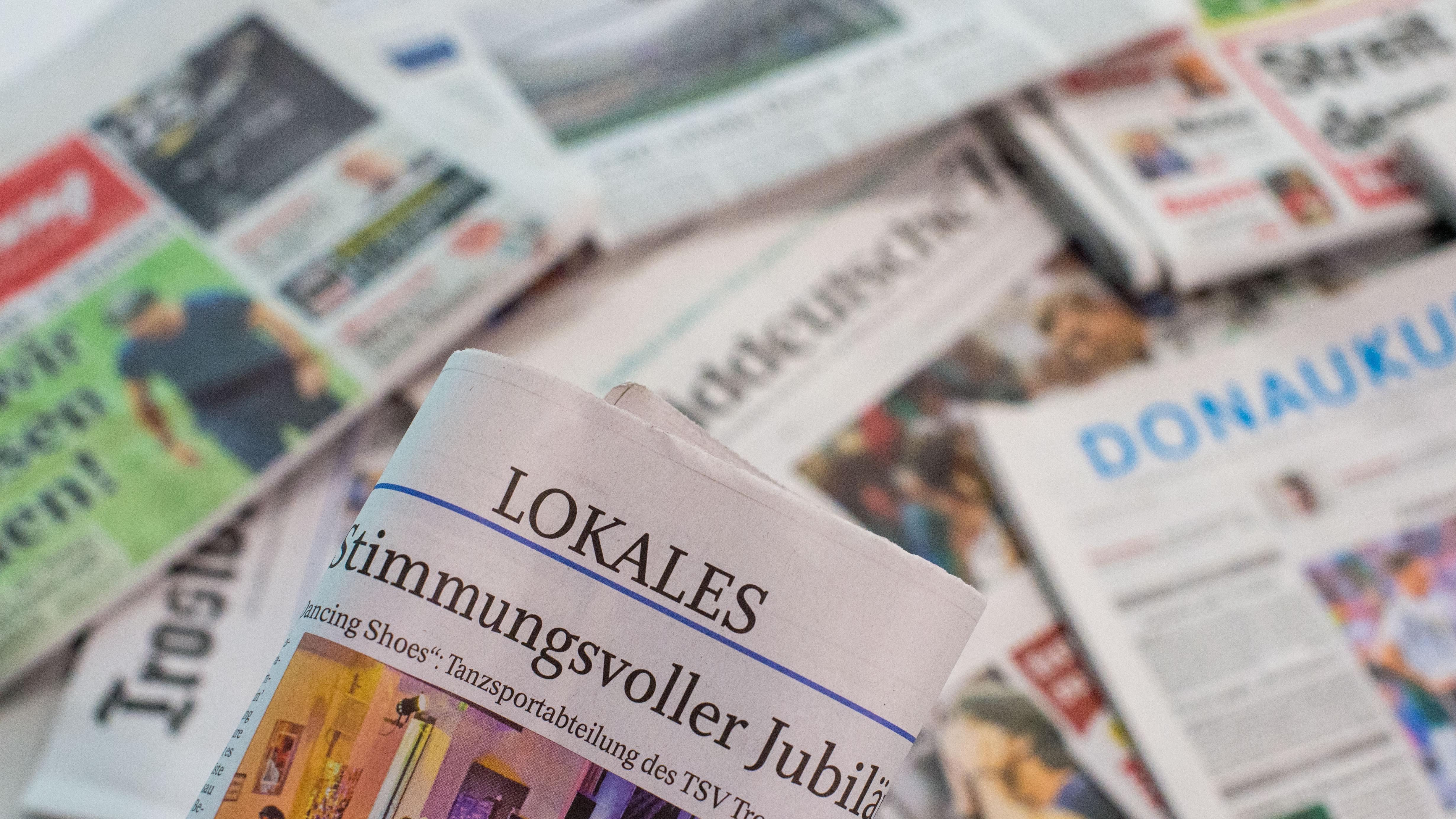 Verschiedene bayerische Loaklzeitungen liegen übereinander