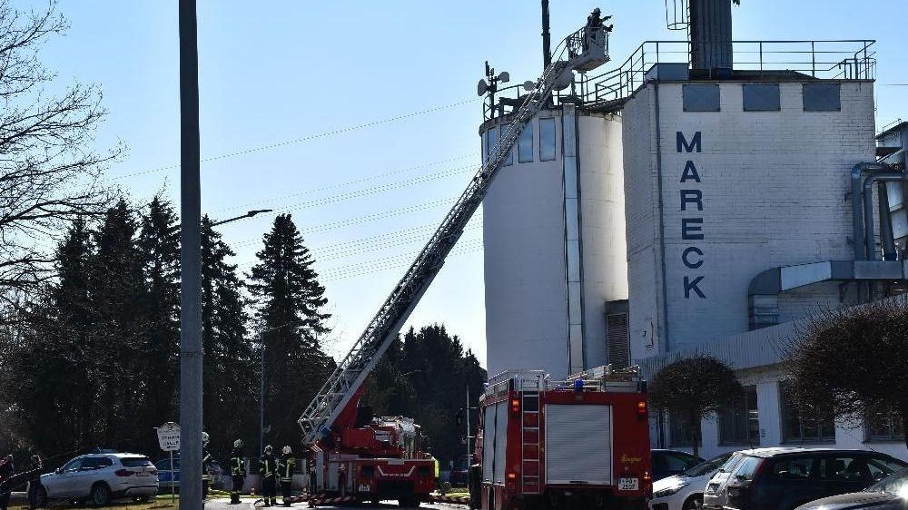 Die Feuerwehr löscht den Brand im Silo einer Schreinerei