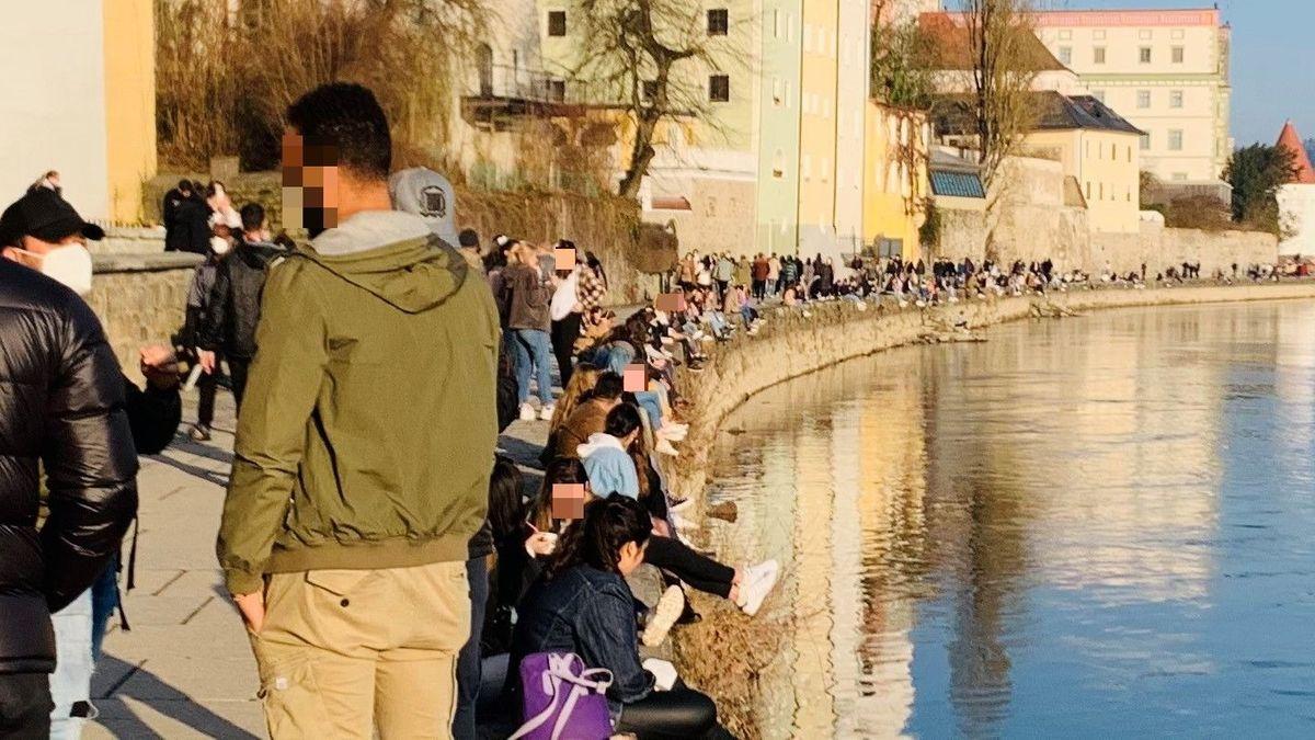 Die Innpromenade in Passau am Wochenende voller Menschen