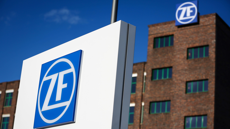 Firmenlogo von ZF vor Werksgelände in Schweinfurt