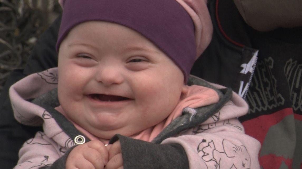 Die kleine Mia lächelt in die Kamera