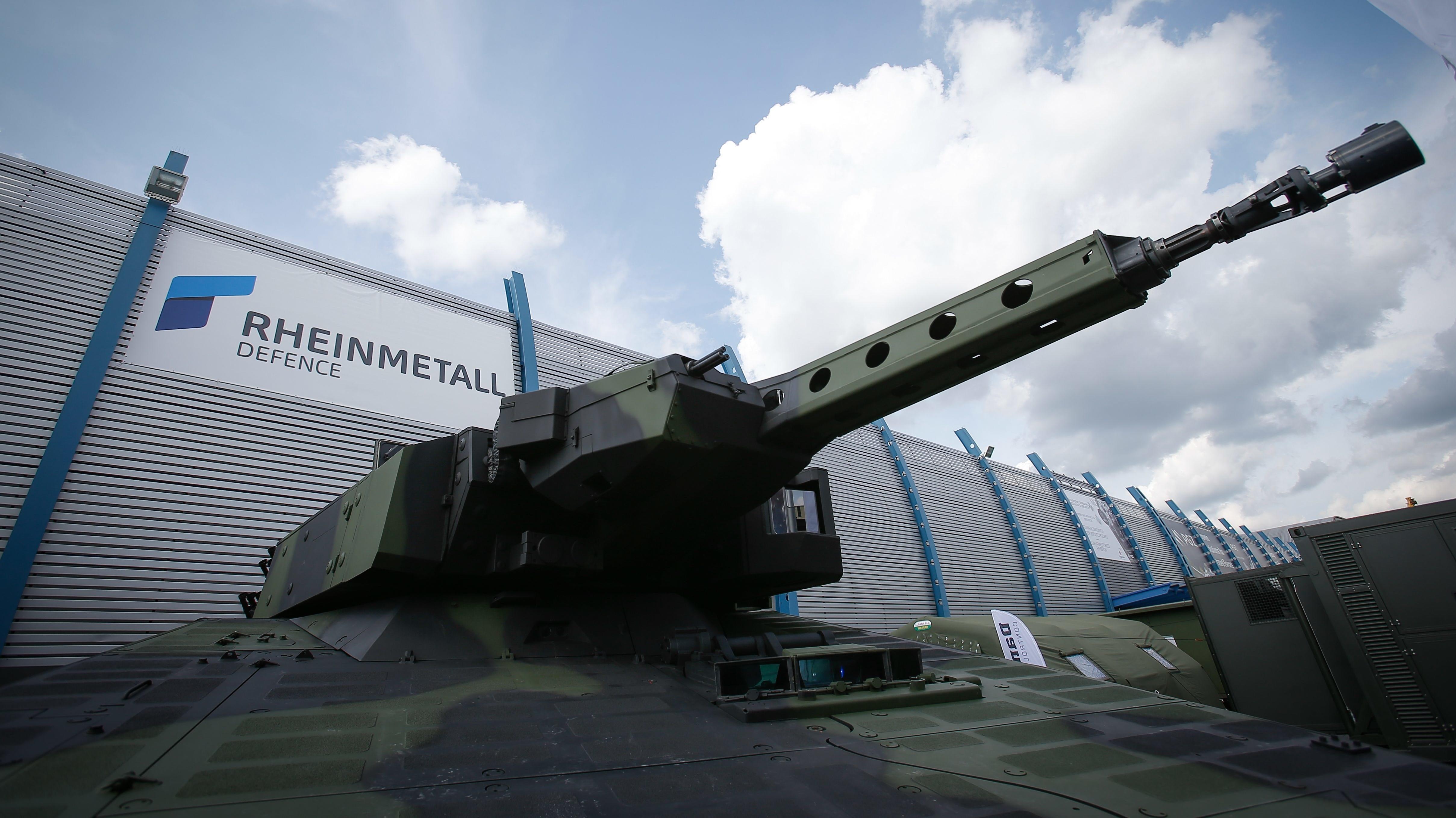 Rheinmetall-Logo hinter einem Panzer