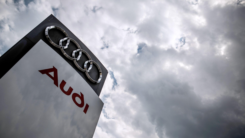 Stele mit Audi-Logo