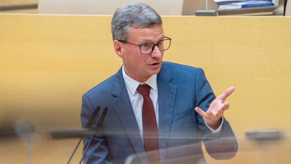 Kunstminister Bernd Sibler im Bayerischen Landtag am Rednerpult