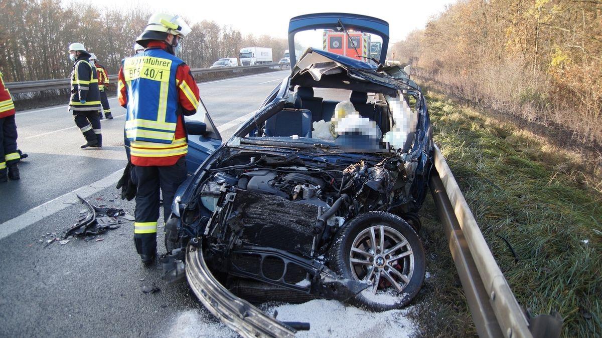 Ein am Unfall beteiligtes Auto ist völlig zerstört