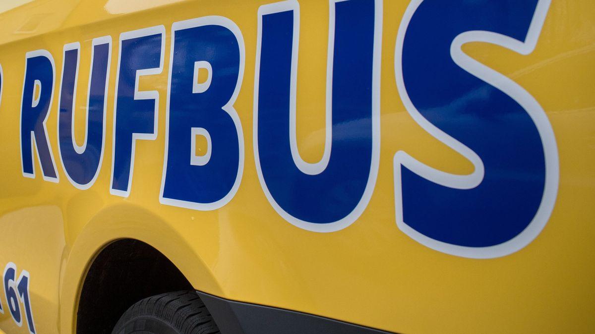 """Gelber Rufbus mit Aufschrift """"Rufbus"""""""