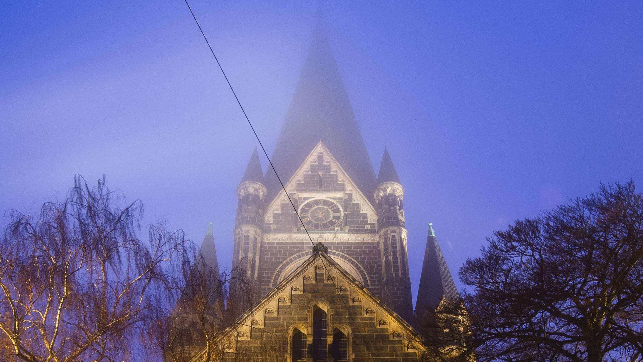 Kirchturm im Nebel (Symbolbild)