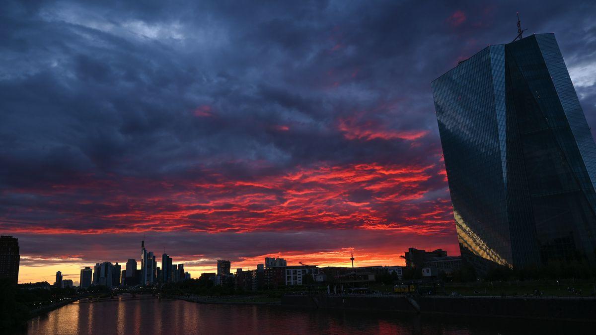Bei Sonnenuntergang ist der Himmel über der Frankfurter Skyline und der EZB-Zentrale tiefrot gefärbt.