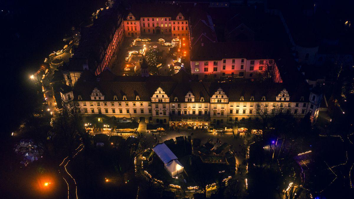 Der Weihnachtsmarkt auf Schloss St. Emmeram in der Vogelperspektive