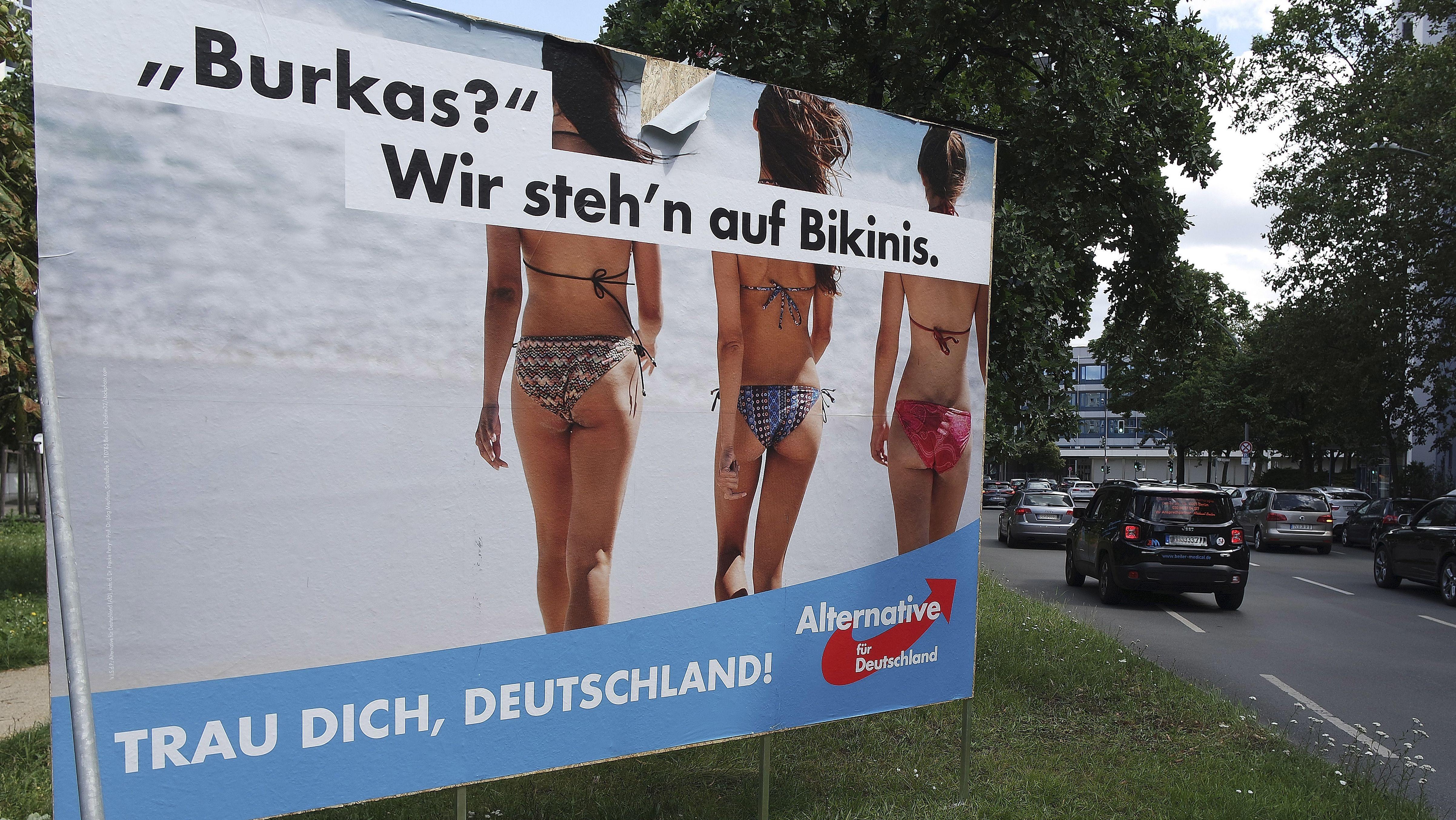 """Feindbild Muslime: Wahlplakat der AfD an der Lietzenburger Strasse in Berlin zur Bundestagswahl 2017. Zu sehen sind drei Frauen im Bikini, die an einem Strand ins Meer laufen, dazu der Schriftzug """"Burkas? Wir steh'n auf Bikinis."""""""
