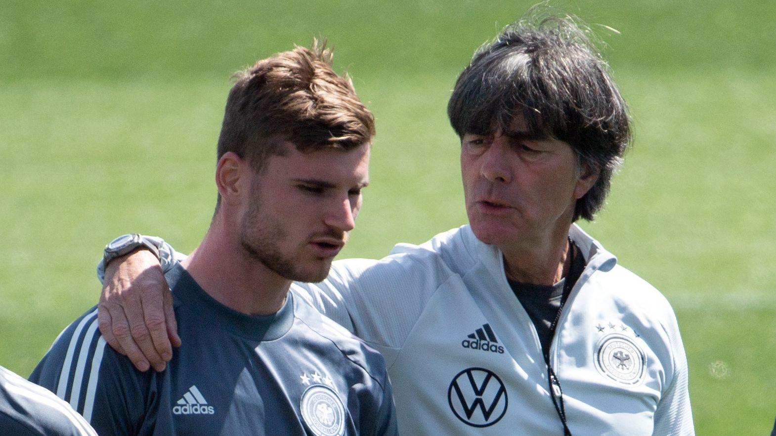 Bundestrainer Joachim Löw (rechts) unterhält sich mit Timo Werner.