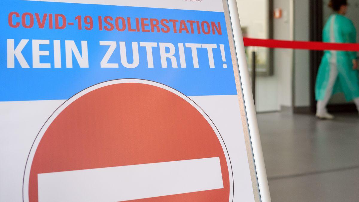 Ein Schild verbietet den Zutritt zur Covid-19 Isolierstation