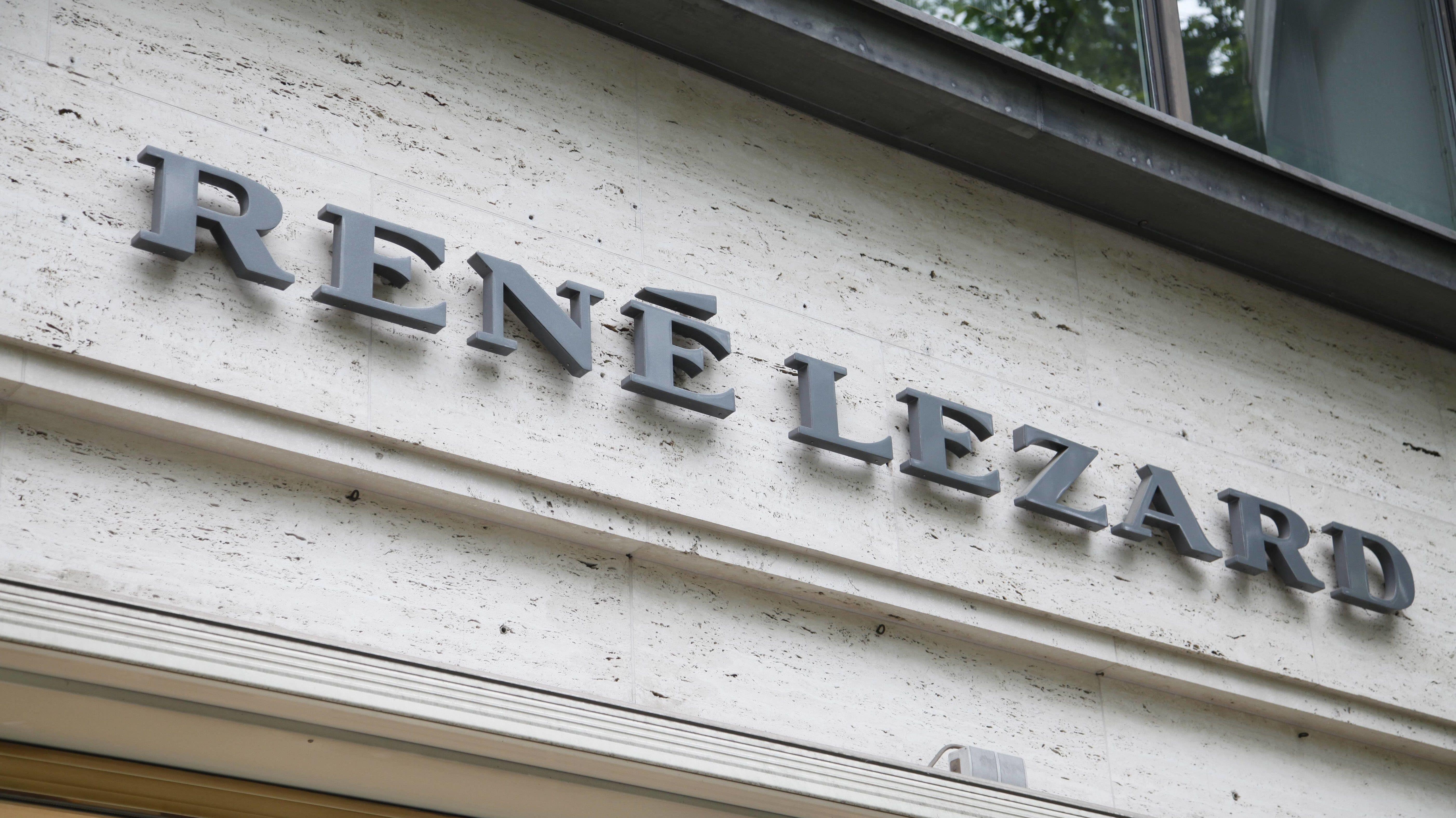 """Schriftzug """"René Lezard"""""""