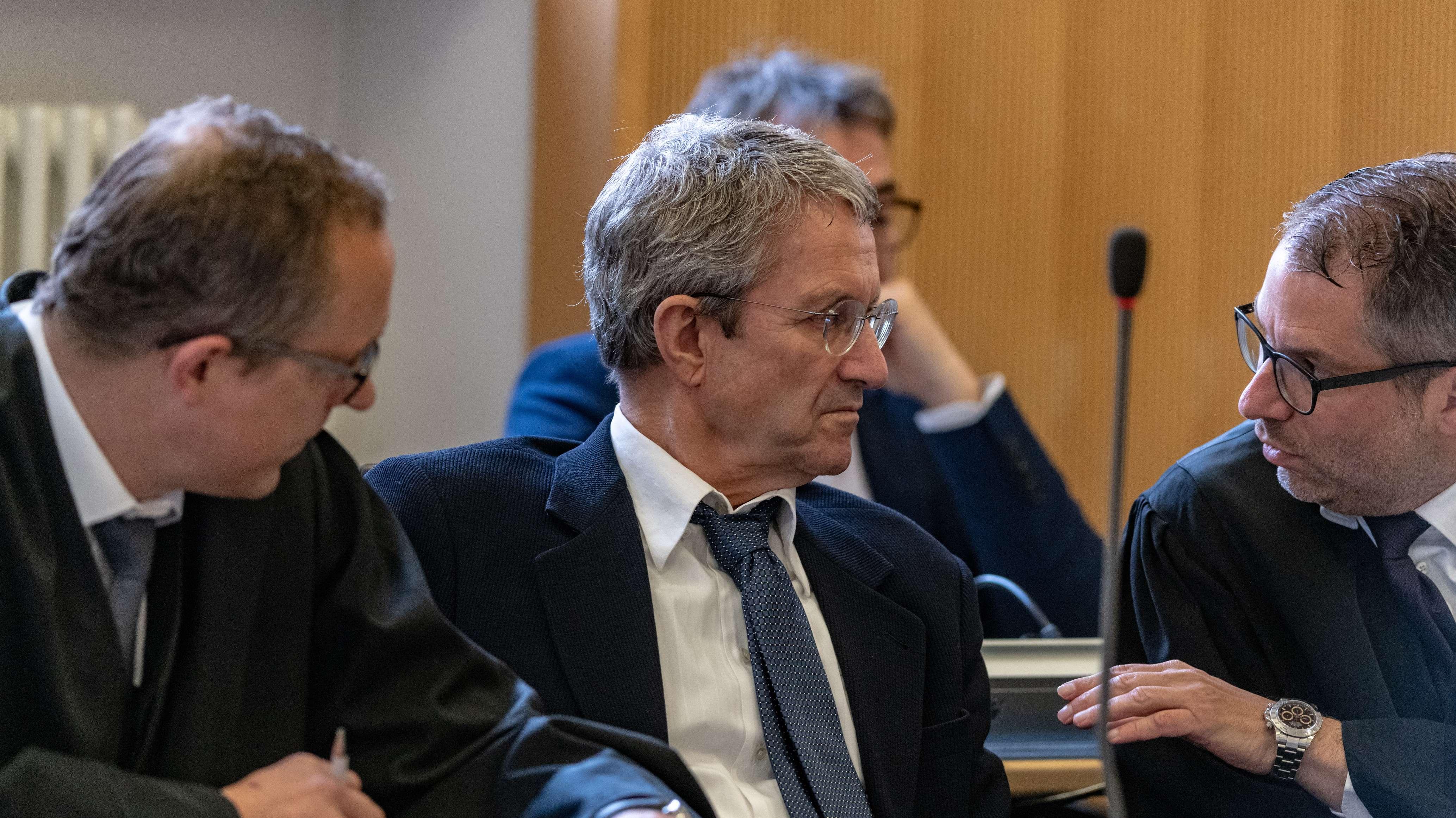 Volker Tretzel (M), Immobilienunternehmer, sitzt im Gerichtssaal des Landgerichts neben seinen Verteidigern Florian Ufer (r) und Jörg Meyer.