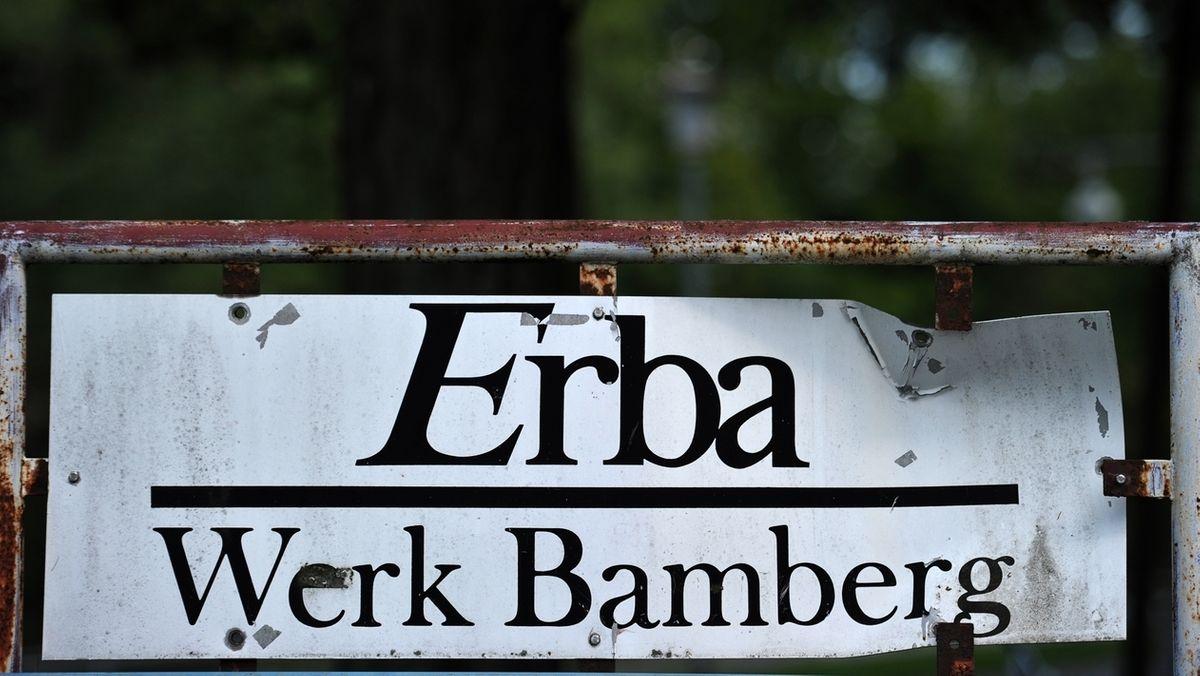 Ein altes Schild weist den Weg zur Erbainsel in Bamberg.