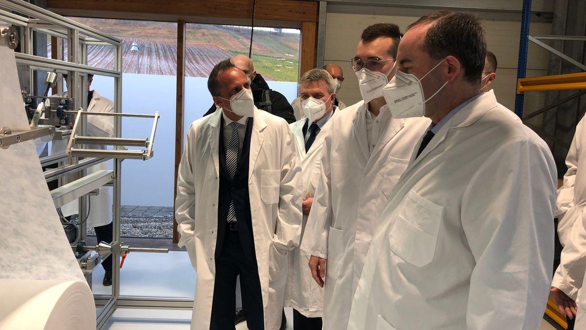 Thorsten Glauber (FW, links) und Hubert Aiwanger (FW, rechts) beim Produktionsstart in Weng.