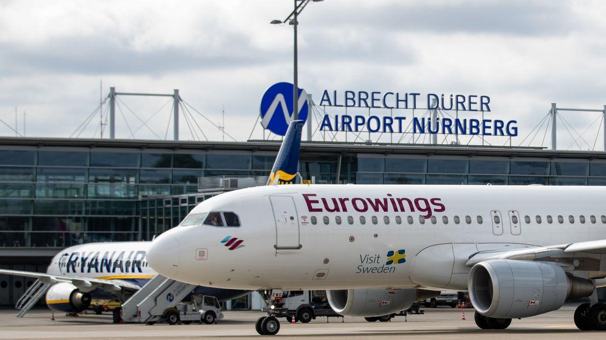 Ein Linienflugzeug der Fluggesellschaft Eurowings fährt am Albrecht Dürer Airport Nürnberg auf dem Vorfeld an einer Maschine von Ryanair vorbei.