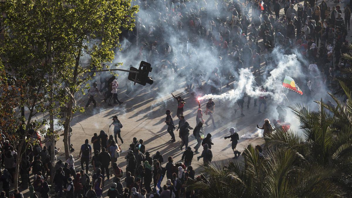 Protestteilnehmer bei Straßenschlachten mit der Polizei in Santiago am 1. November 2019.