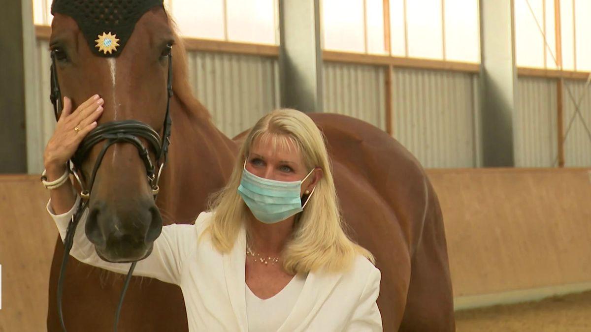 Karin Baumüller-Söder mit einem der Pferde der berittenen Einheit der Bayerischen Polizei