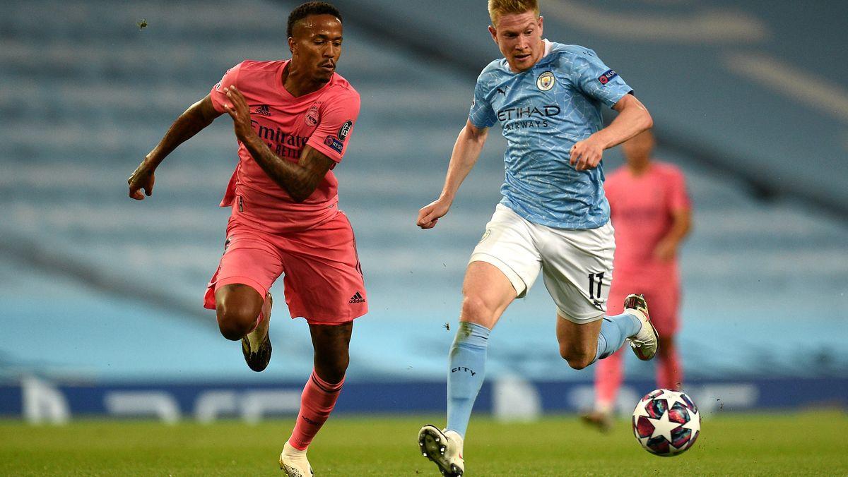 Gabriel Eder Militao von Real Madrid (links) und Kevin De Bruyne von Manchester City kämpfen um den Ball.