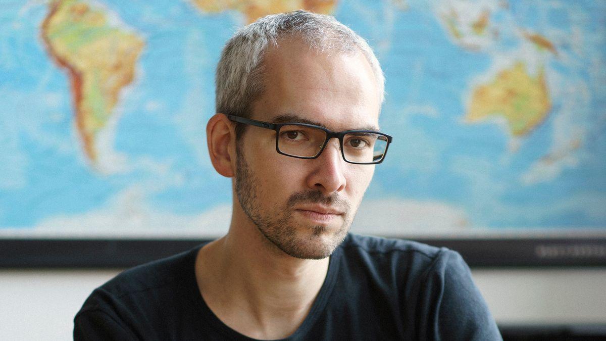 Ein ernst in die Kamera blickender Mann mit Brille: Autor Konstantin Küspert