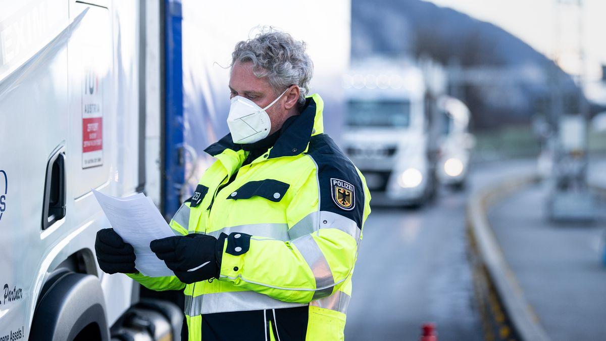 Bundespolizist kontrolliert die Dokumente eines Lkw-Fahrers an der Grenze bei Kiefersfelden