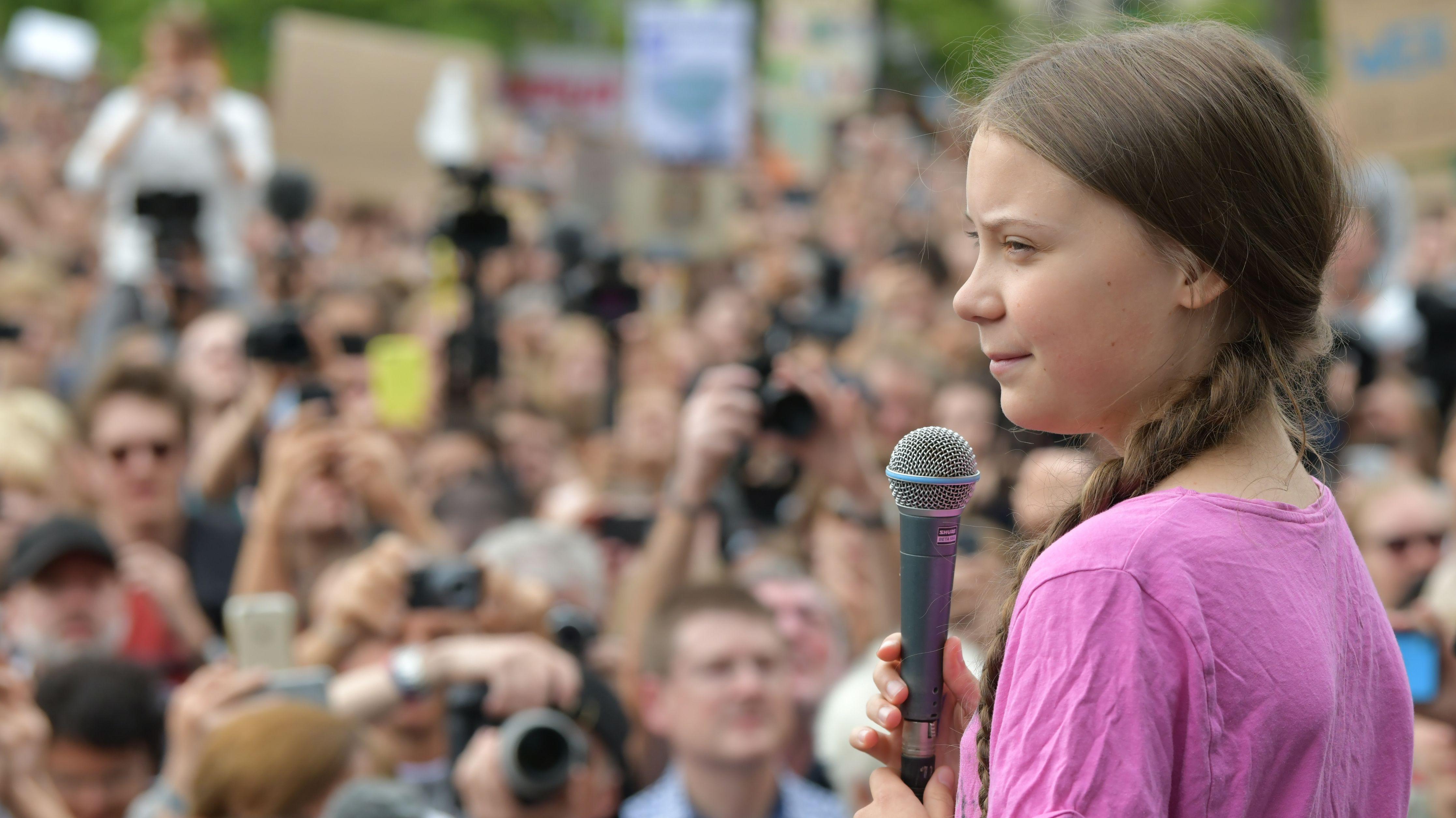Berlin: Tausende Schüler nehmen zusammen mit der schwedischen Klima-Aktivistin Greta Thunberg an der Fridays for Future Demonstration teil.