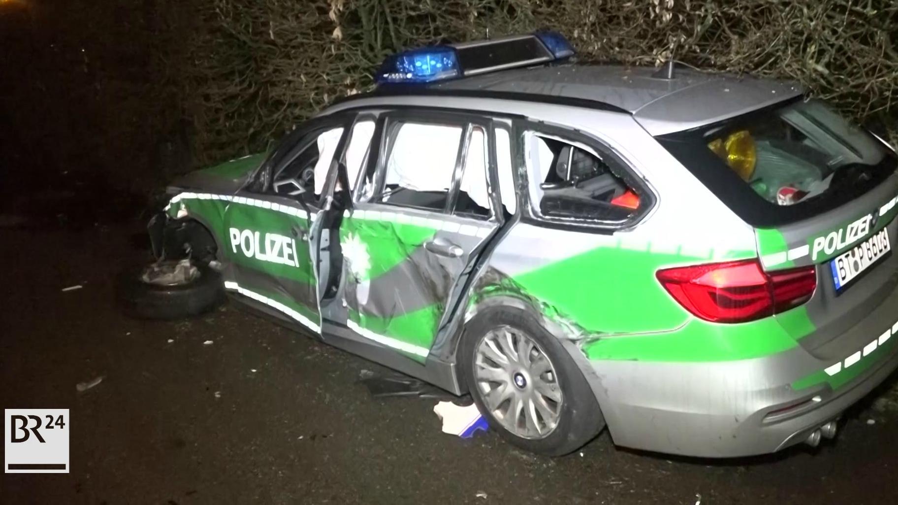 Demolierter Streifenwagen der Polizei