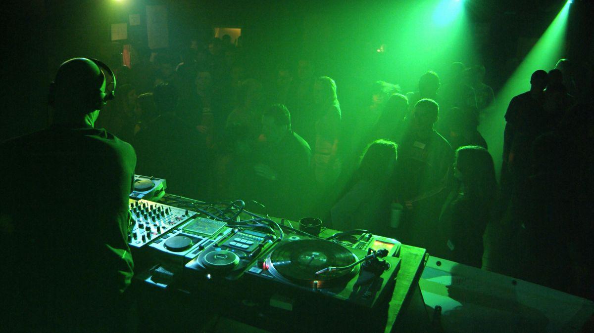 Symbolbild: Party mit DJ