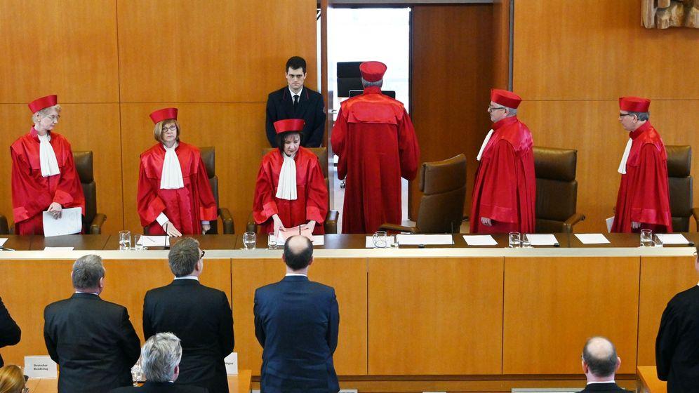 Die Bundesverfassungsrichter verlassen nach der Urteilsverkündung den Sitzungssaal | Bild:picture alliance/Uli Deck/dpa