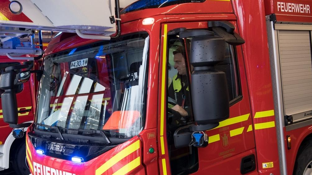 Ein Feuerwehrauto mit Fahrer