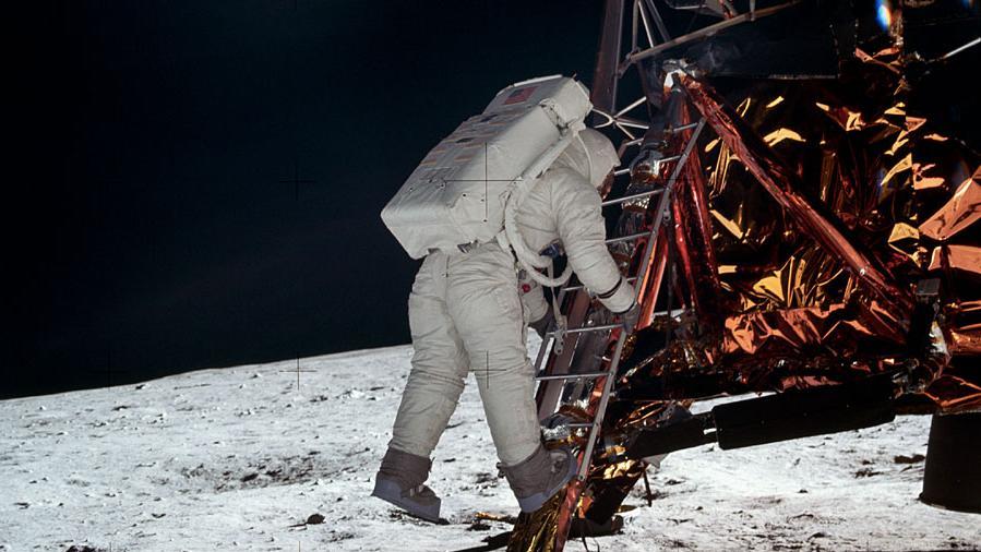 Neil Armstrong, von dessen ersten Schritt auf den Mond es leider kein Bild gibt, fotografierte am 21. Juli 1969 bei der ersten Mondlandung den Astronauten Buzz Aldrin, als er von der Leiter des Eagle auf den Mond kletterte.