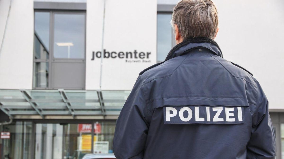 Ein Polizist steht vor dem Bayreuther Job-Center.