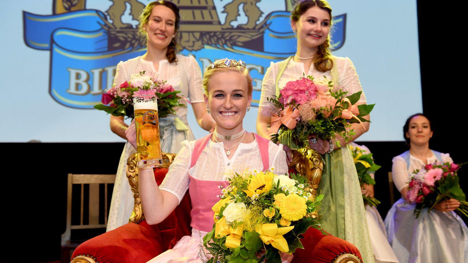 Die neue Bierkönigin Veronika Ettstaller sitzt nach ihrer Wahl zur 10. Bayerischen Bierkönigin auf ihrem Thron.