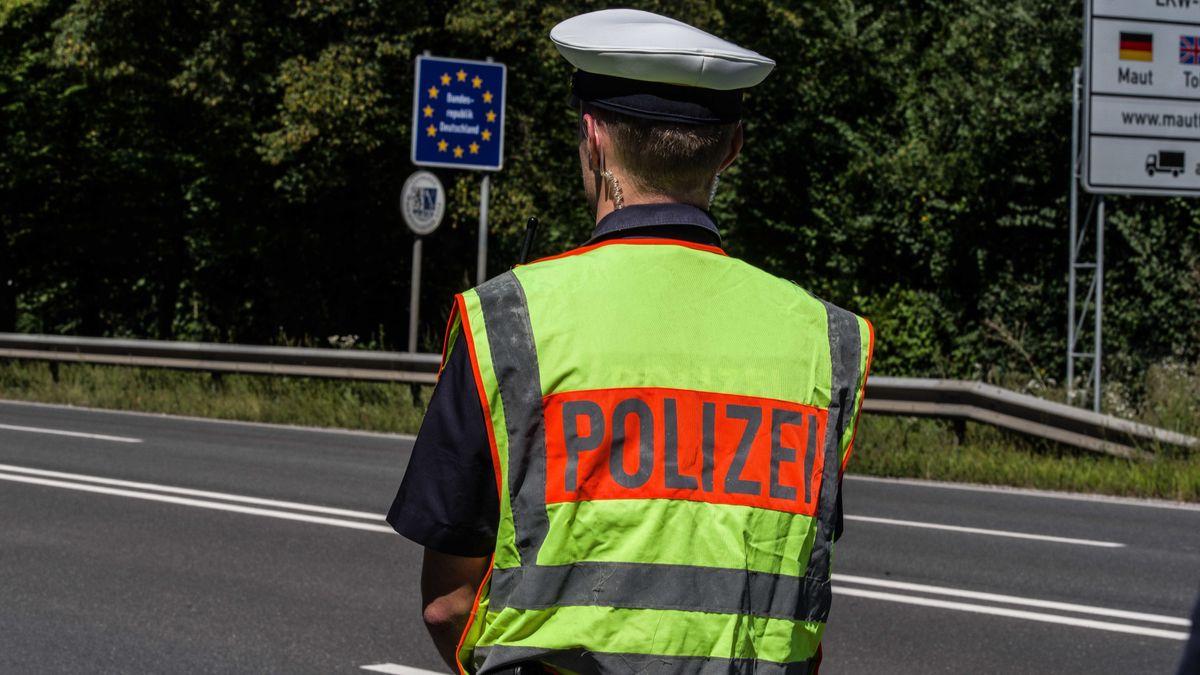 Ein Polizist an der Grenze