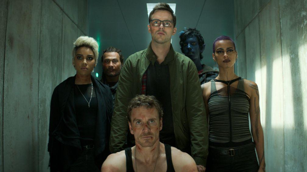 """Michael Fassbender (u.) führt einen Teil der X-Men an. (""""X-Men: Dark Phoenix"""" Filmszene)"""