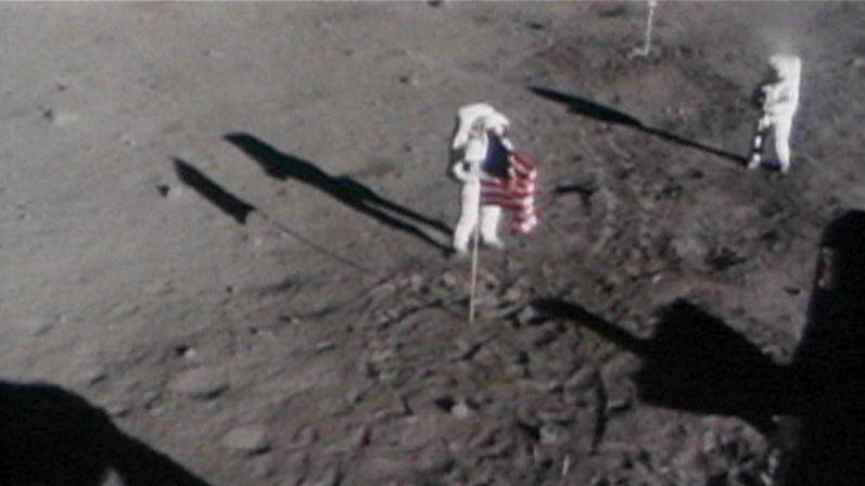 Die wenigen Fotos von Armstrong stammen von der Außenbordkamera der Eagle.