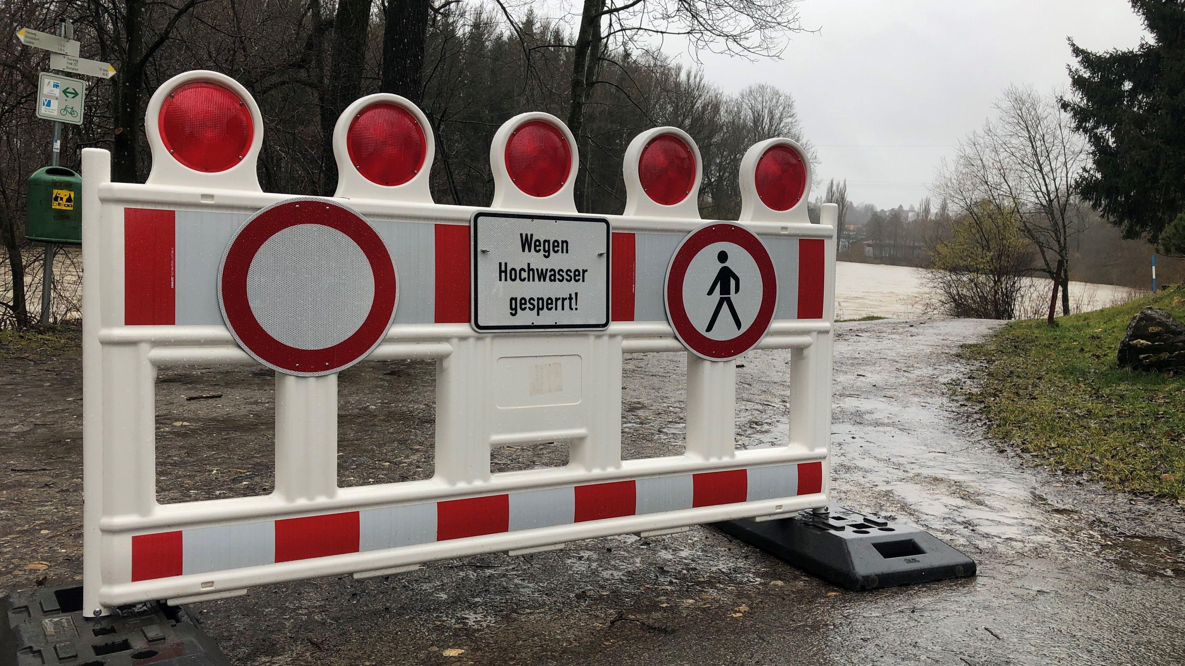 Absperrrung vor einem Fußweg entlang der Iller bei Kempten