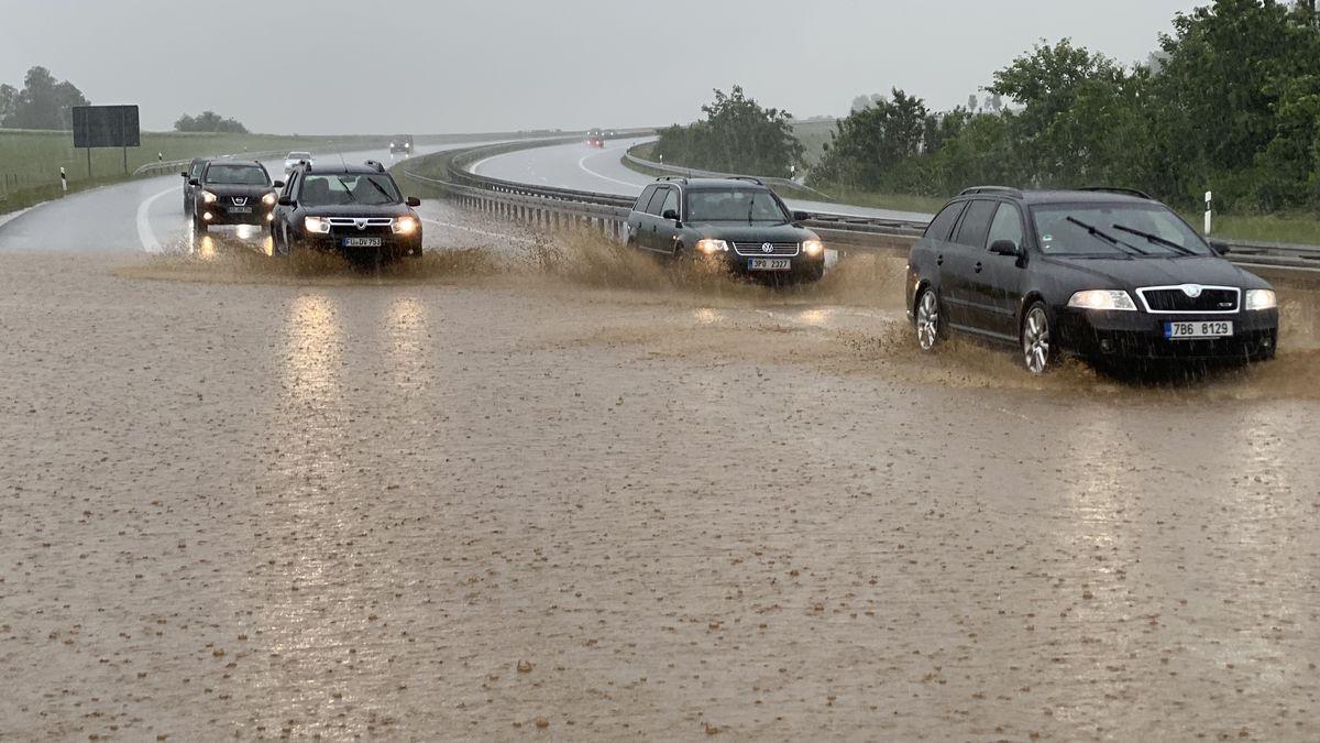 Heftige Unwetter haben im Landkreis Neustadt an der Waldnaab für zahlreiche Überschwemmungen gesorgt, wie hier auf der A6.