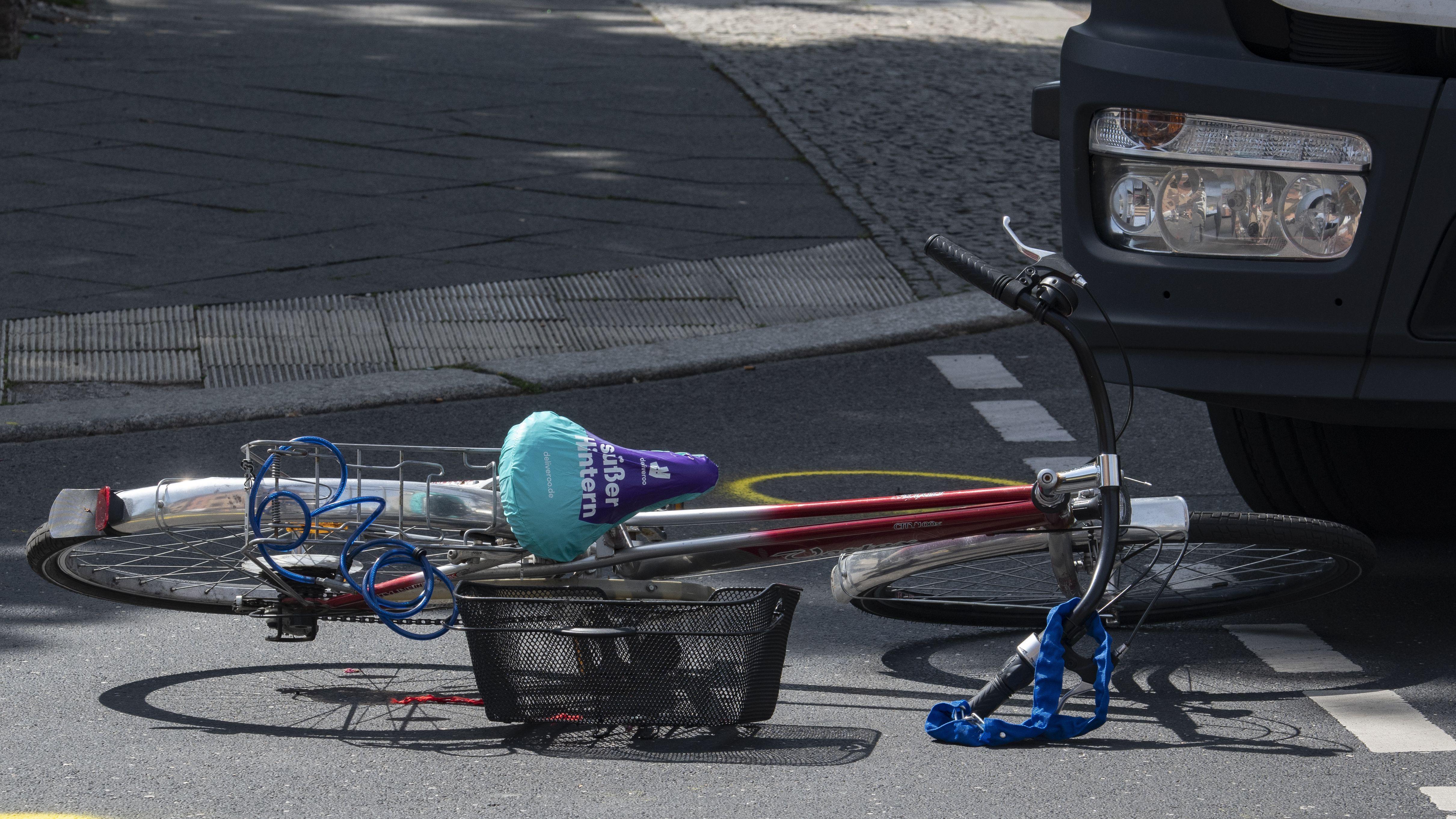 In Deutschland sterben jährlich 30 bis 40 Fahrradfahrer durch rechtsabbiegende Lkw - ein Abbiegeassistent könnte diese Zahl deutlich verringern.