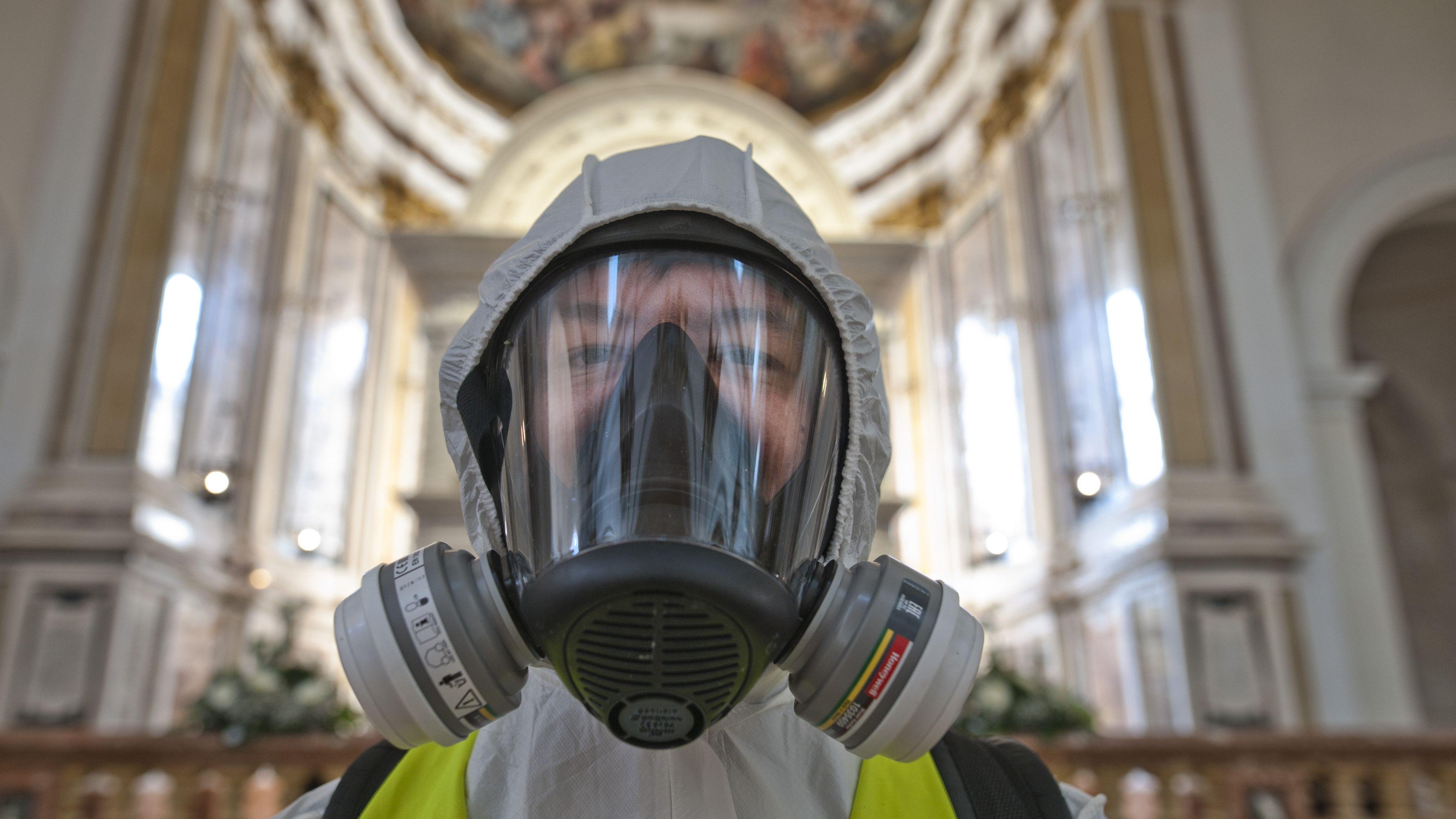 Ein Mitglied des 9. Alpinen Regiments beim Desinfizieren einer Kirche in L'Aquila am 20.5.2020