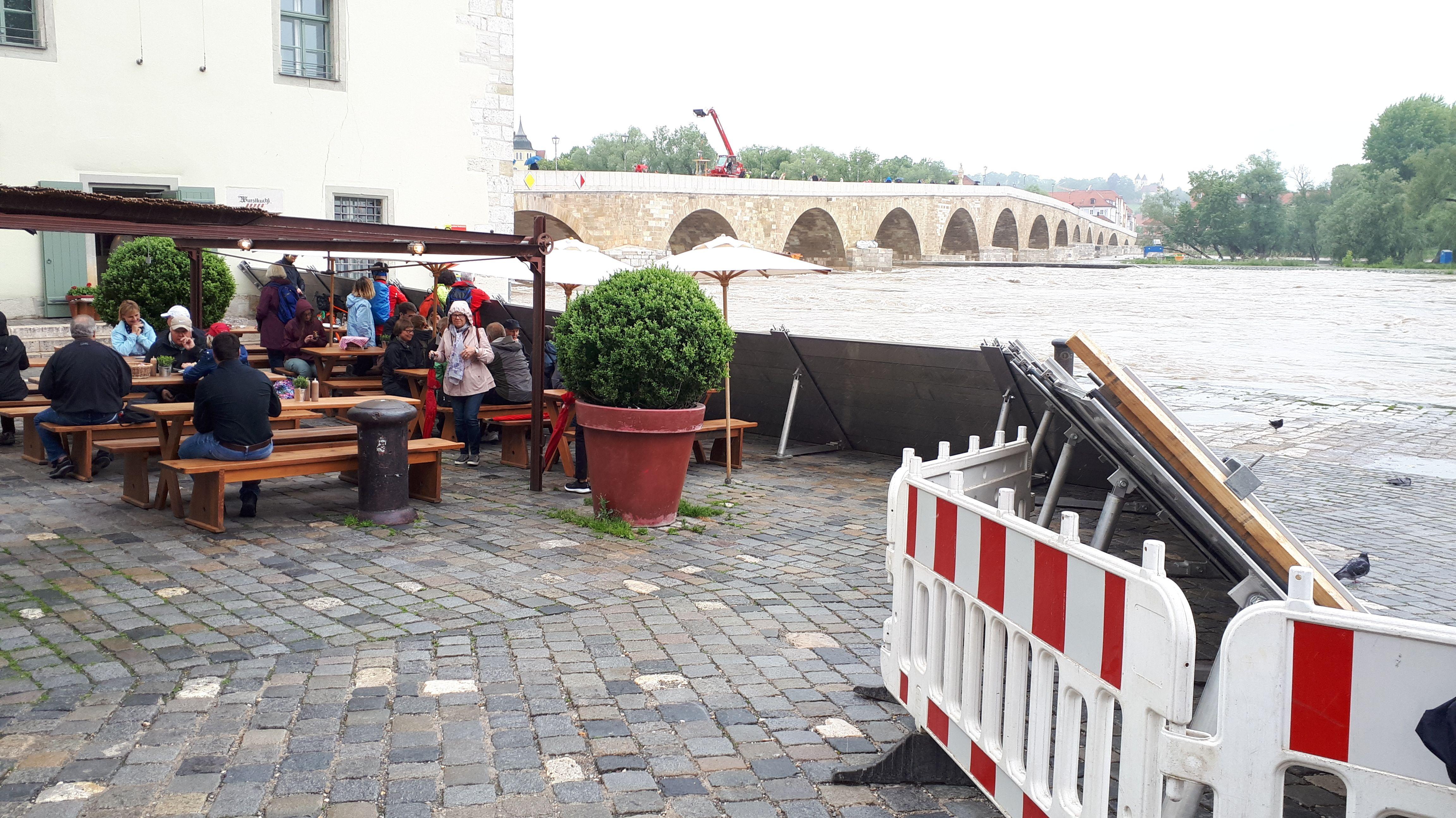 Der Hochwasserschutz an der historischen Wurstkuchl in Regensburg ist aufgebaut