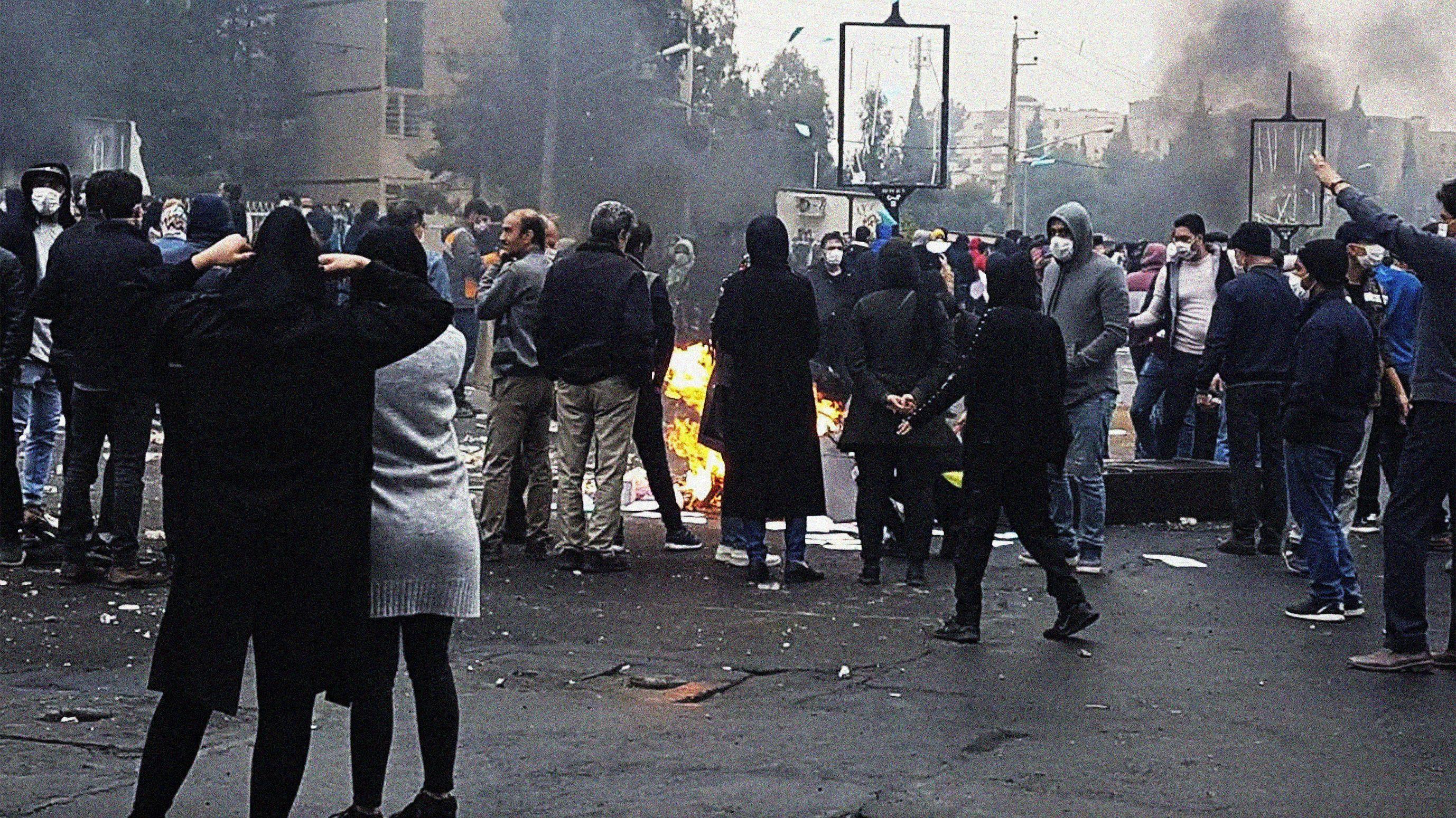 Iranische Demonstranten blockieren eine Straße