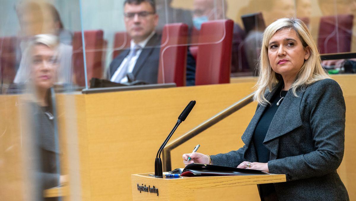 Bayerns Gesundheitsministerin Melanie Huml am 02.12.20 im Landtag, im Hintergrund Staatskanzlei-Chef Florian Herrmann (beide CSU)