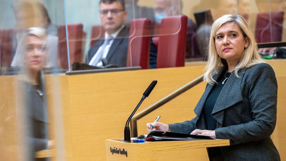 Bayerns Gesundheitsministerin Melanie Huml am 02.12.20 im Landtag, im Hintergrund Staatskanzlei-Chef Florian Herrmann (beide CSU) | Bild:pa/dpa/Peter Kneffel