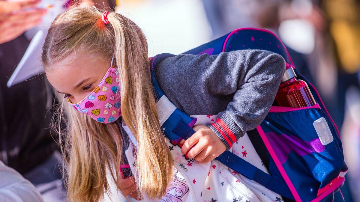 Grundschülerin mit Mund-Nasen-Maske.