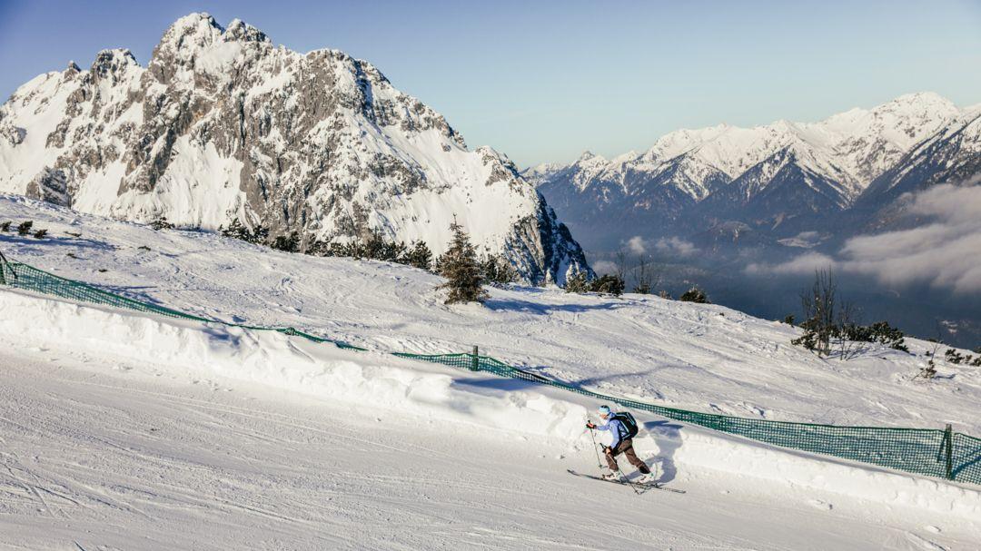 Ein Skitourengeher in den bayerischen Alpen