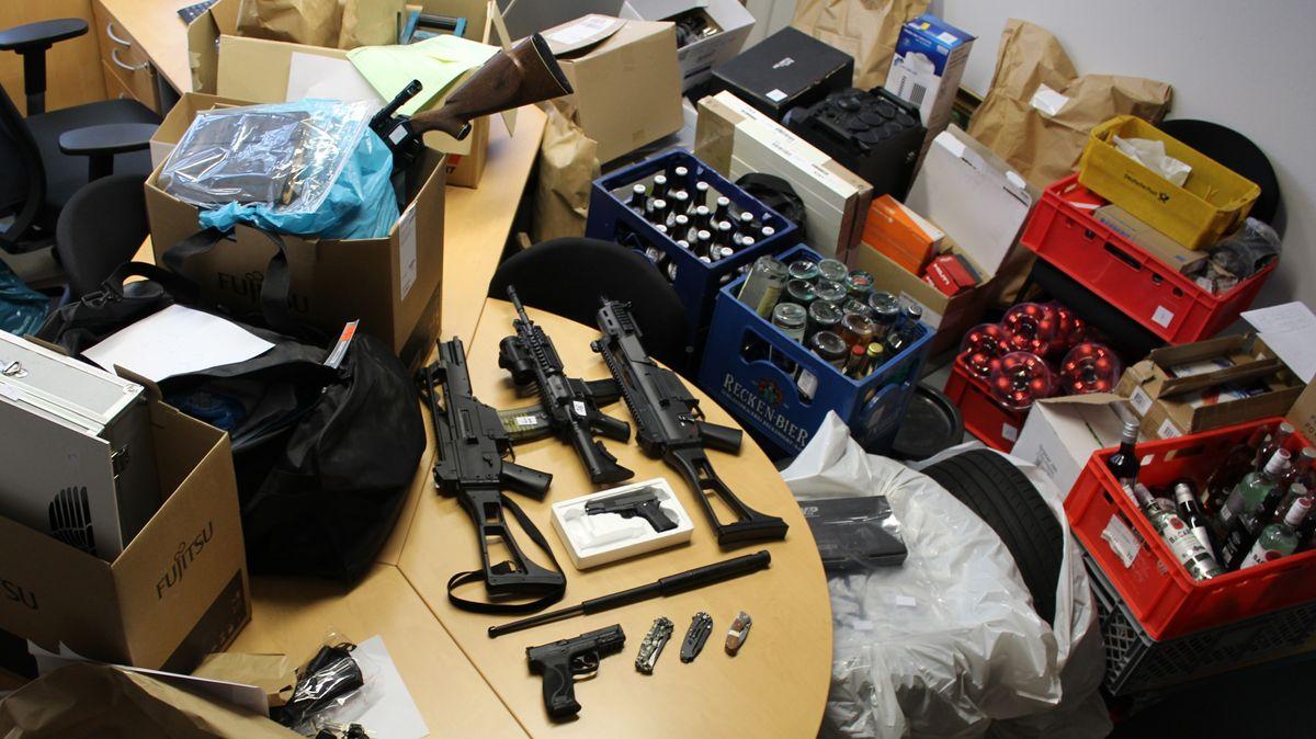 Waffen und Diebesgut liegen auf einem Tisch.