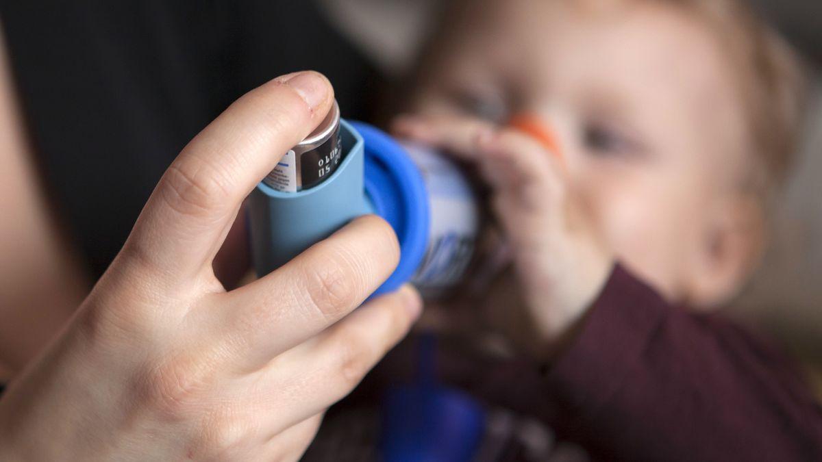 Ein Baby mit Asthma muss ein Asthma-Spray inhalieren.