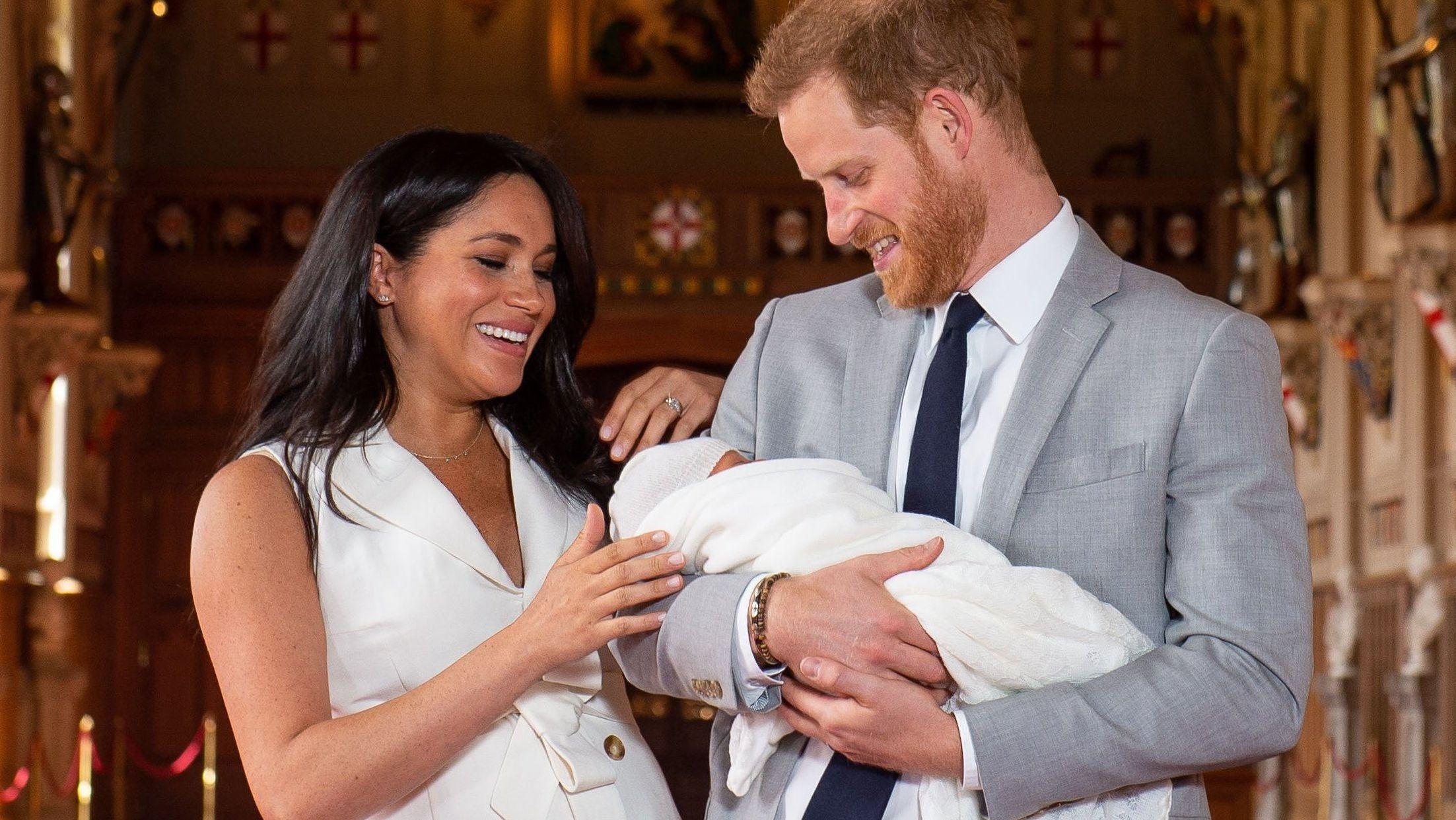 Prinz Harry und Meghan halten ihren Sohn Archie im Arm.